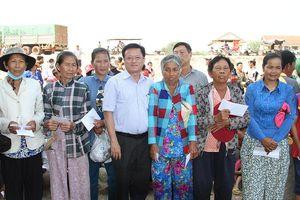 Tặng quà cho bà con Việt kiều và người nghèo tại tỉnh Kampong Chhnang