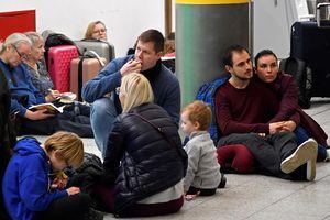 Bắt 2 nghi phạm khiến sân bay Anh đóng cửa