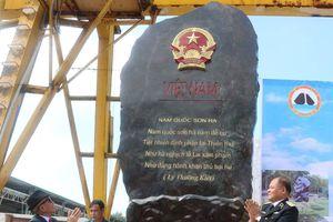Tặng đá quý khắc bài thơ 'Nam quốc sơn hà' cho quần đảo Trường Sa