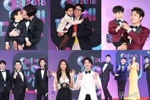 Thảm đỏ náo nhiệt của 'KBS Entertainment Awards 2018': Seolhyun khoác tay Yoon Shi Yoon