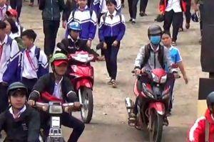 Học sinh 12 tuổi vô tư đi xe máy đến trường ở Đắk Nông