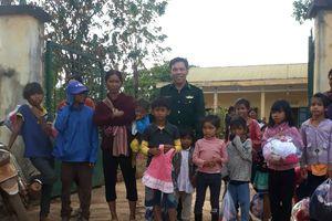 Đồn Biên phòng Ia Lốp tặng quà cho người nghèo trên địa bàn