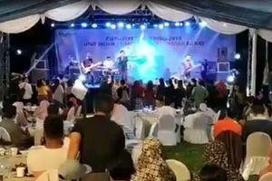 Sóng thần cuốn trôi một liveshow ca nhạc ở Indonesia