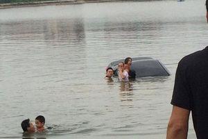Nhường vô lăng cho vợ tập lái ô tô, cả gia đình 3 người lao xuống hồ