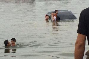Tập lái ô tô, người phụ nữ lao thẳng xe xuống hồ nước sâu