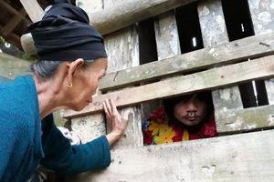 Nước mắt mẹ già và tiếng hát não nề của chàng trai 14 năm sống trong cũi gỗ