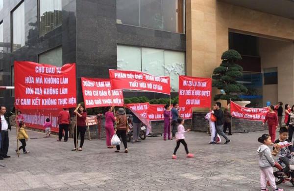 Chung cư 25 Tân Mai: Người dân biểu tình vì chủ đầu tư thất hứa