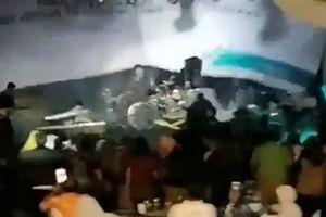 Sóng thần Indonesia ập tới cuốn phăng ban nhạc đang biểu diễn