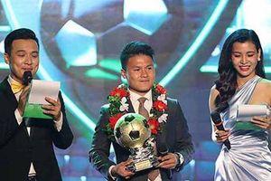 Màn tung hứng gây bức xúc của hai MC trong Lễ trao giải Quả bóng vàng