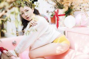 Showbiz 24/12: Hot girl Trâm Anh mặc nội y khoe vòng 3 gây 'sốc'