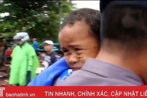 Cứu sống bé trai 5 tuổi bị kẹt trong ôtô nhiều giờ sau thảm họa sóng thần ở Indonesia