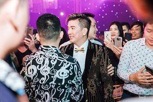 Cả thôn vây kín xem Mr. Đàm hát ở tiệc cưới 'khủng' của đại gia Hưng Yên