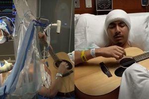 Đang bị mổ não, nhạc sĩ vẫn hăng hái chơi đàn