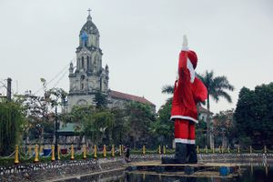 Hà Nội: Người dân dựng ông già noel khổng lồ, nổi trên mặt nước chào đón Giáng sinh