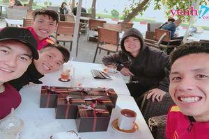 Các cầu thủ đội tuyển Việt Nam gửi lời chúc Giáng Sinh, Chinh đen đã có 'gấu' đi chơi Noel