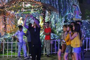 TP.HCM: Hàng ngàn người dân ra đường đón Giáng Sinh
