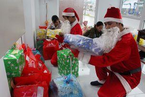 Theo chân ông già Noel tặng quà cho trẻ em
