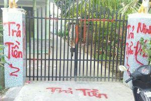 Bắt tại trận 2 thanh niên dùng nước sơn và mắm tôm đi đòi nợ thuê