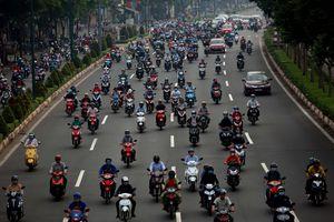 Người Sài Gòn lao xe máy bạt mạng vào làn ô tô đường Phạm Văn Đồng: 'Do vội!'