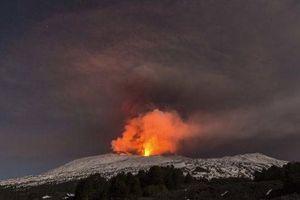 Núi lửa Etna trên đảo Sicily 'thức giấc', sân bay Catania buộc phải đóng cửa
