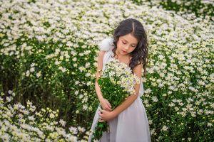 Nhóc tỳ Hà Thành xinh như thiên thần bên rừng cúc họa mi