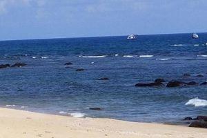 Tắm biển cùng vợ ở Quảng Nam, người đàn ông bị sóng cuốn vào tận Bình Định