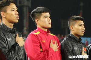 Hậu vệ tuyển Việt Nam chống nạng, rơi nước mắt hát Quốc ca, chia tay giấc mơ Asian Cup