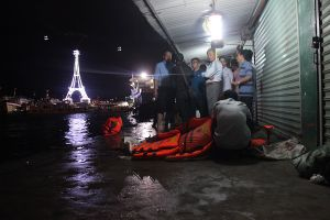 Khánh Hòa: Lật tàu chở khách du lịch ở vịnh Nha Trang, 3 người thương vong