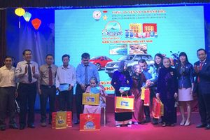 Tặng quà cho mẹ Việt Nam anh hùng và học sinh nghèo vượt khó