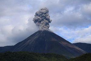 Ecuador: Núi lửa gần thủ đô Quito phun trào cột tro bụi cao hơn 500m