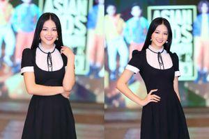 Hoa hậu Trái Đất Phương Khánh đáng yêu trong váy suông đen nô đùa bên dàn mẫu nhí