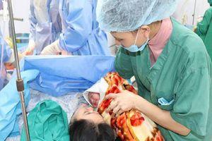 Phương pháp mới giúp thai phụ 25 tuần bị cạn ối sinh con an toàn