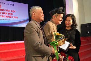 Nhà văn Nguyễn Xuân Khánh nhận giải Thành tựu văn học trọn đời