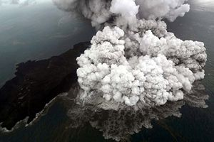 Indonesia cảnh báo miệng núi lửa có thể đổ sụp, gây sóng thần lớn