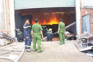 Đang cháy dữ dội công ty gỗ ở Bình Dương