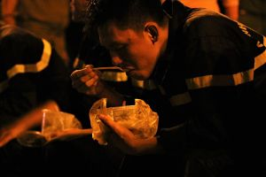 Cháy lớn ở Cần Thơ: Những hộp cơm 'chiến' vội lúc giữa khuya