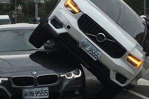 Lái xe tông thẳng vào xe chồng vì ghen
