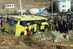 Iran: Ô tô mất lái, lao vào cột bê tông, hàng chục người thương vong