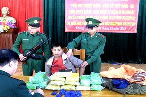 Bắt người Lào mang 50.000 viên ma túy đi tiêu thụ