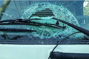 Nhiều xe tải bị ném đá vào ban đêm trên Quản lộ Phụng Hiệp