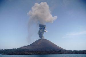 Indonesia nâng mức cảnh báo về hoạt động của núi lửa Anak Krakatau