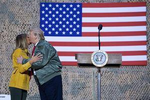 Hình ảnh Tổng thống Trump và Phu nhân bất ngờ thăm lính Mỹ ở Iraq