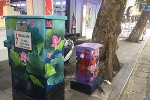 Hàng chục tủ điện trên hè phố Hà Nội nở hoa lá đón Tết