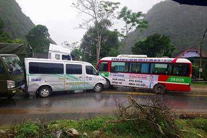 Xe buýt va chạm xe tải, hàng chục hành khách thoát chết