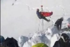 Bé trai 12 tuổi sống sót kỳ diệu dù bị núi tuyết vùi 40 phút