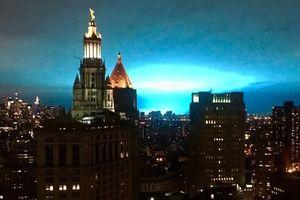 Trời New York rực sáng màu xanh, dân sợ người ngoài hành tinh đổ bộ