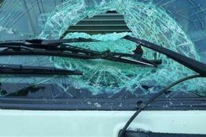 Nhóm thanh niên ném đá vào nhiều ô tô trả thù