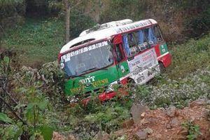 Va chạm với xe ben, xe buýt chở khoảng 20 người lao xuống vực