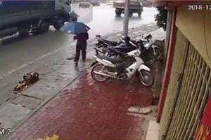 2 mẹ con tử vong sau va chạm với xe tải trên đường