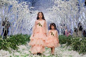 'Nguyệt thảo mai' catwalk chuyên nghiệp cùng con gái 7 tuổi giữa rừng tuyết cổ tích